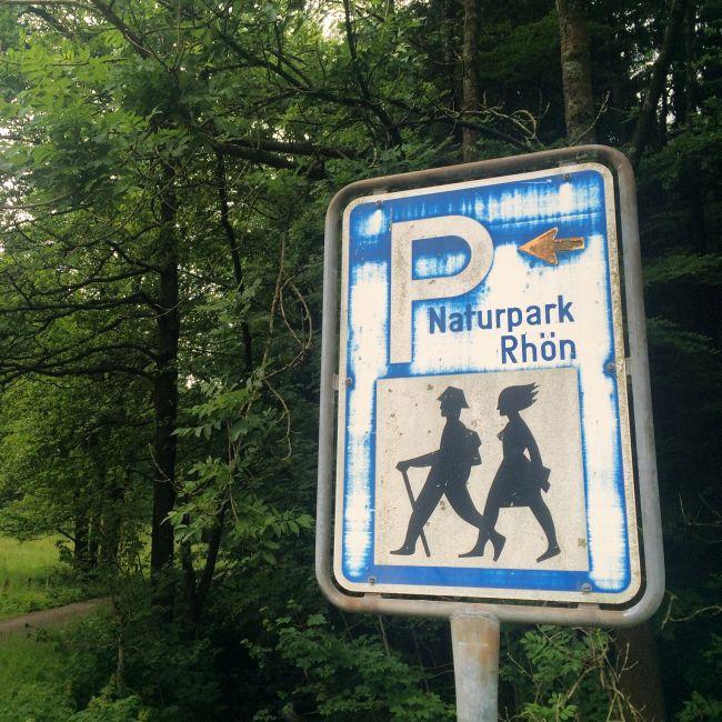 Wander-Ikonographie von früher: Mann mit Hut, Frau mit Sturmfrisur