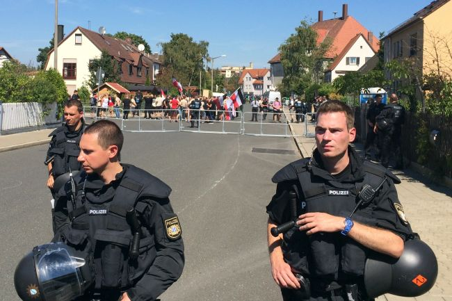 Auf der anderen Seite ein Dicker in Unterhemd und einige andere Nazis (Beige scheint das neue Braun zu sein ...)