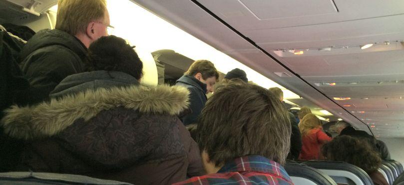 Menschen die in Flugzeugen stehen