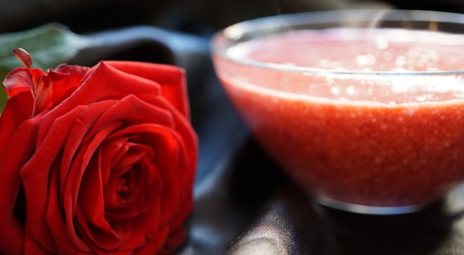 Rote Grütze mit Rose